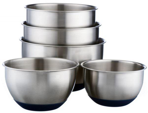 Металлическую посуду категорически нельзя использовать в микроволновой печи.