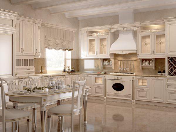Классическая светлая кухня выглядит гармонично на большой площади.