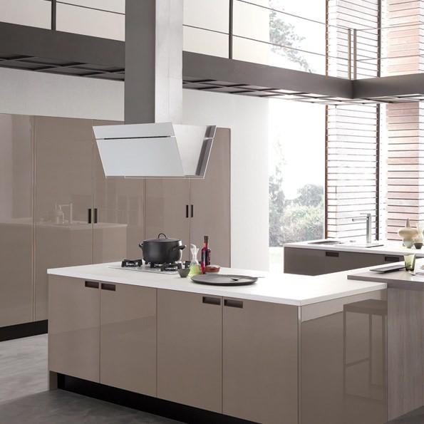 Устанавливается к потолку в любом месте, что позволяет применить разные варианты планировки кухни.