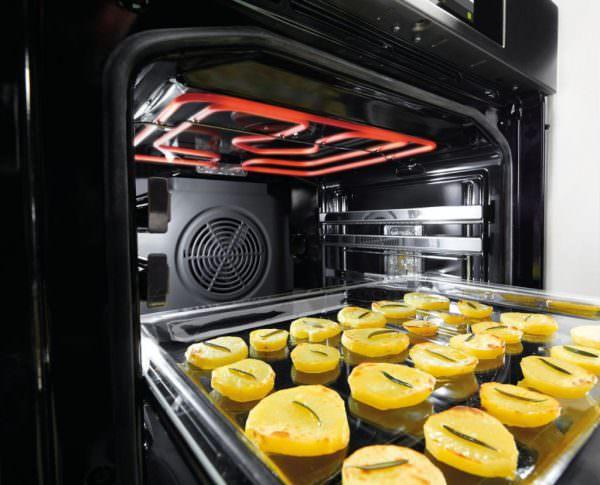Духовка в процессе работы сильно нагревается, что может привести к возгоранию близ расположенной кухонной мебели.
