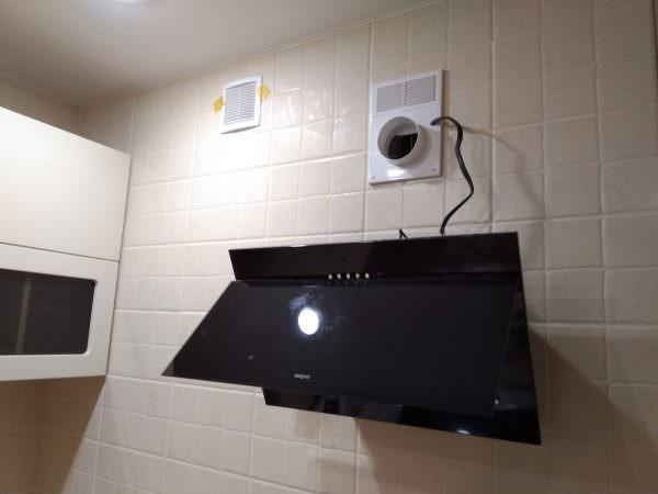 Когда монтаж вытяжки на кухне выполнен остается последний шаг – подключить электропитание.