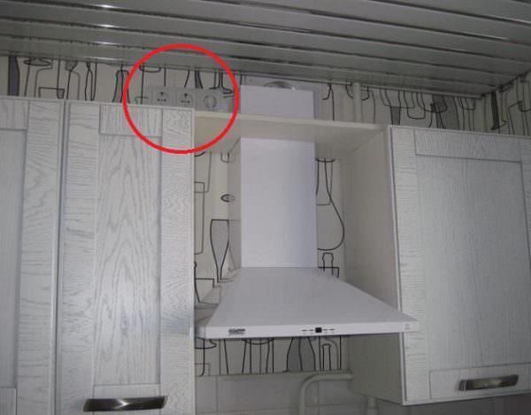Если рядом с вытяжкой находится розетка, но она уже используется под какую-то технику, то можно ее сделать двойной.