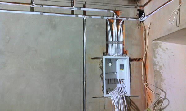 В квартире, находящейся на стадии ремонта, нужно сначала проложить кабель, протягивая его от электрощита до розетки.
