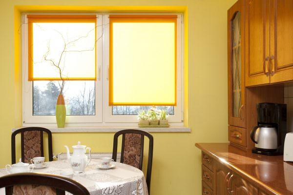 Если помещение кухни большое и в нем имеется несколько окон, то лучше будет выбрать рольшторы.