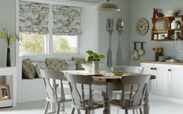Кухонная штора должна украшать помещение, и одновременно – быть удобной.