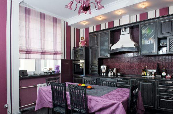 При выборе ткани для того, чтобы сшить шторы на кухню своими руками, нужно оценить, насколько такие занавески впишутся в интерьер.
