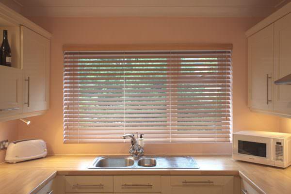 Монтируются жалюзи двумя основными способами – высоко к потолку на полный проем окна или в каждый оконный проем отдельно.