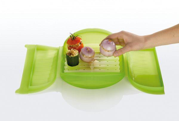 Силиконовая посуда прекрасно пропускает микроволны и не препятствует разогревание пищи.