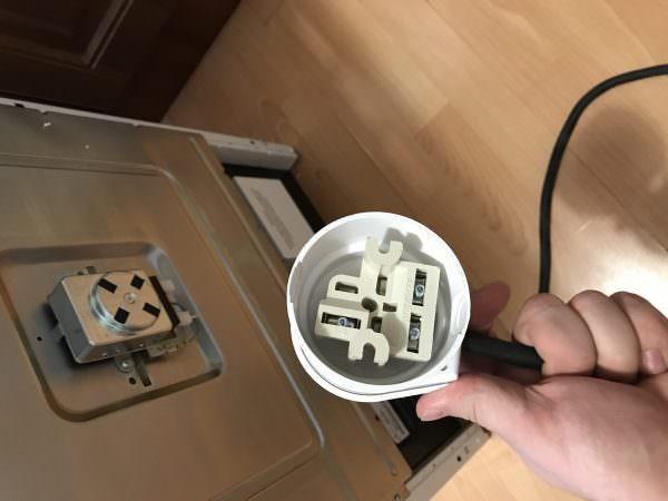 Этот способ будет наиболее подходящим в том случае, если отсутствует необходимость отключения бытового прибора - в данном случае электрической плиты - от общей электрической сети.