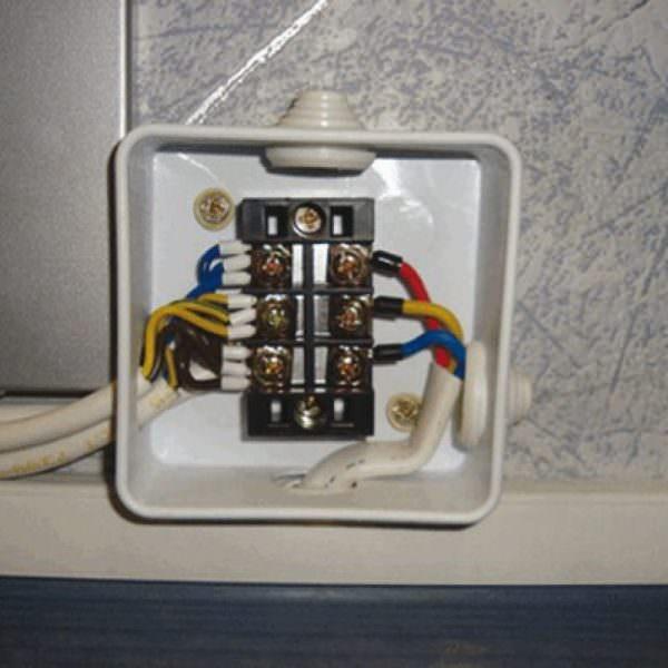 Бытовая техника, подключенная через клеммную колодку, считается более защищенной.