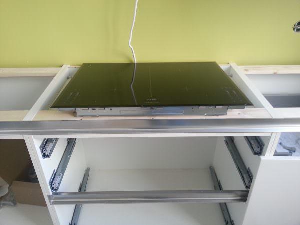 Далее со внутренней стороны шкафа следует закрепить плиту с помощью специальных пластин, которые идут в комплекте.
