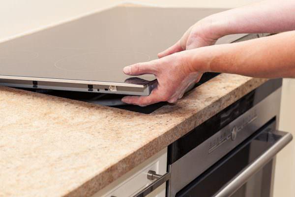 Если все выполнено правильно, то последний шаг – отрезать остатки клейкой уплотнительной ленты с помощью канцелярского ножа.