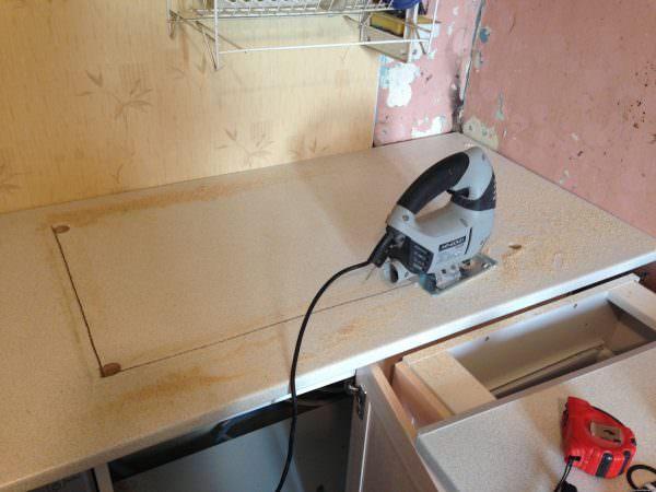 Для вырезки отверстия используется либо фрезерная машинка, либо электрический лобзик.
