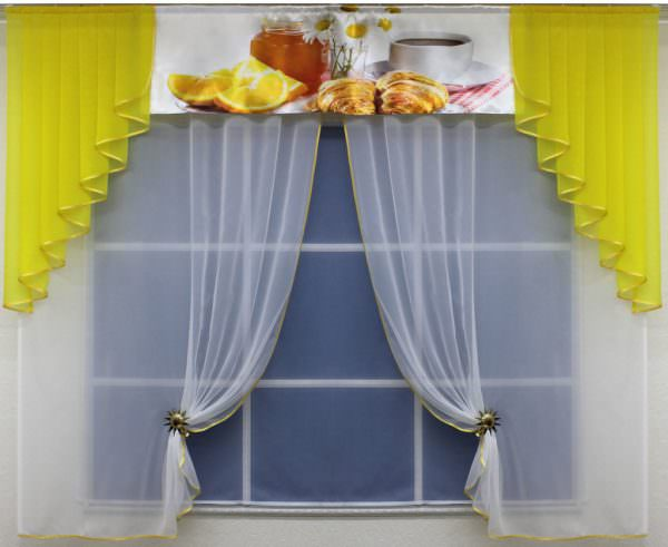 Маленькие окна украшают ламбрекенами, которые оставляют открытыми проём и раму.