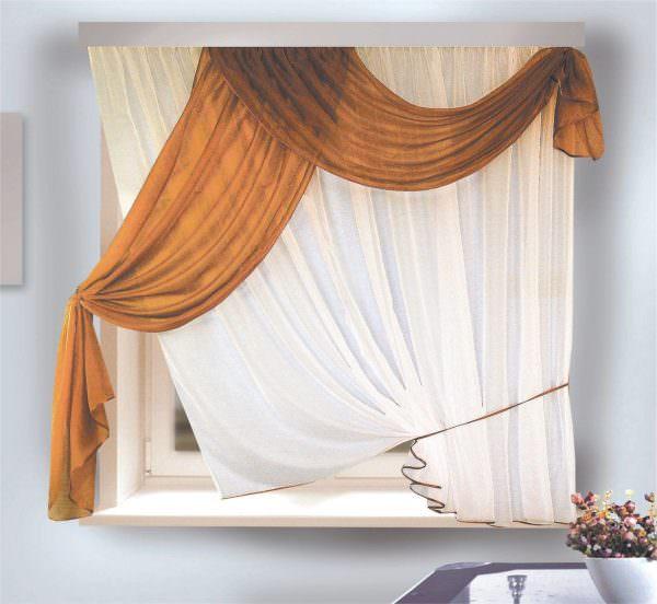 Эркерное окно лучше всего оформить мягким обрамлением с разными декоративными элементами.