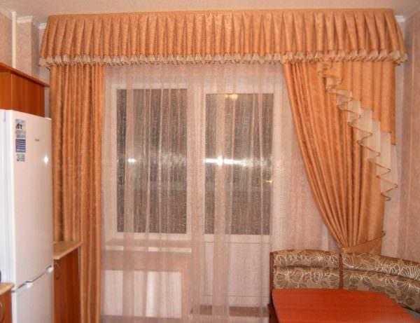 Для больших окон подойдет комбинированный вид, где жесткую основу дополняет мягкая драпировка.