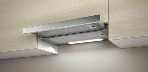 Встраиваемая модель встраивается в подвесной шкаф над кухонной плитой.