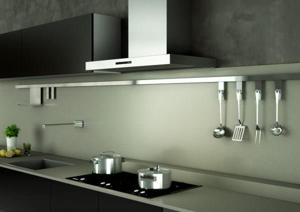 На выбор вытяжки для кухни влияет размер техники, уровень шума при работе и производительность.