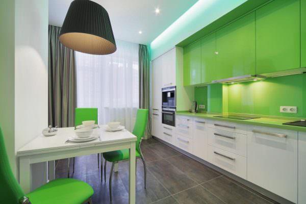 Сдержанность, элегантность, гармонию привнесут серые шторы в интерьер зеленой кухни.