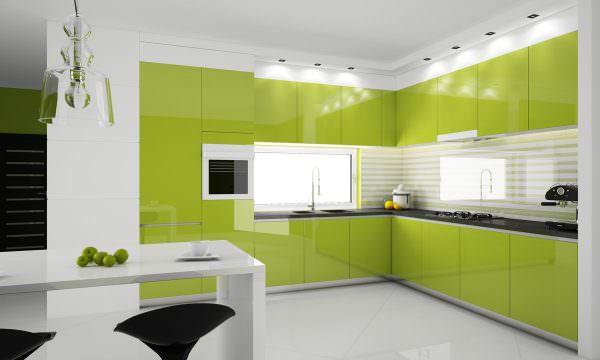Поверхности бело-зеленых оттенков на кухне пачкаются сразу, поэтому они должны быть хорошо моющимися