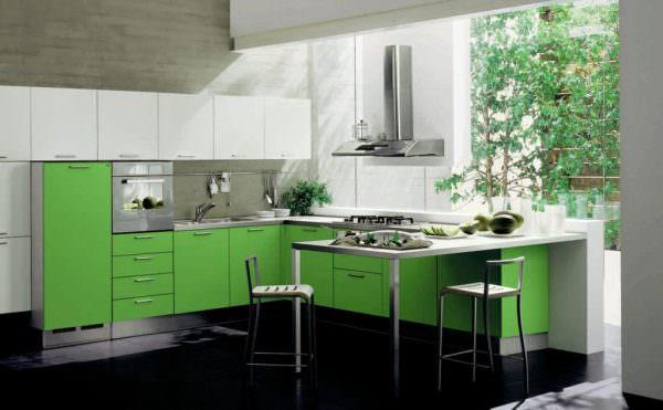Когда зеленые стены на кухне, мебель подобного тона, либо только первое, или второе, тогда цвет считается основным.