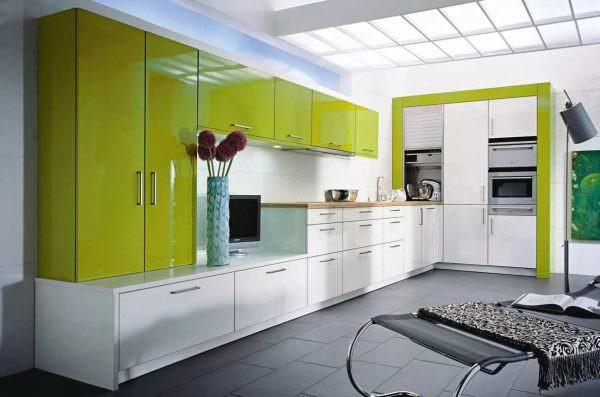 Лимонный, лаймовый оттенки, сочный зеленый - наиболее свойственны хай-теку. Сочетание с черным получило широкое распространение.