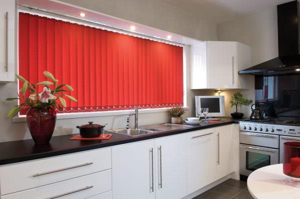 Жалюзи или шторы из полосок, соединенные между собой одной основой, давно завоевали популярность.