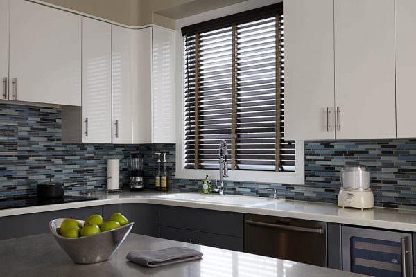 Такое направление освещения зрительно расширяет пространство, создавая эффект объемности комнаты и широкой панорамы окна.