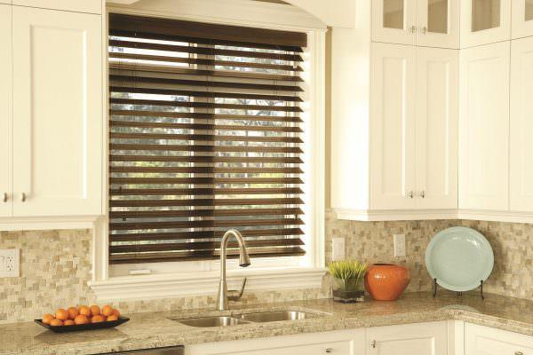 Разнообразие материалов, из которых могут быть выполнены шторы радует своим большим выбором и функциональностью.