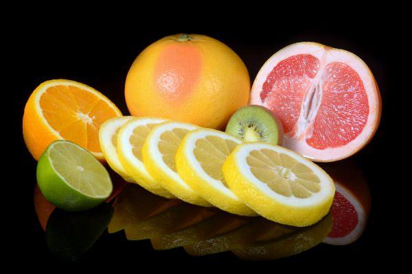Апельсины, лимоны, грейпфруты разрезаются на дольки.