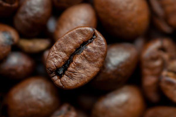 Если поместить молотый кофе в открытой посуде в морозилку, он избавит ее от неприятного душка.