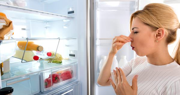 А как можно избавиться от запаха в морозильной камере другими способами?