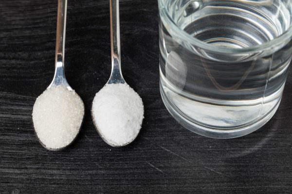Если смешать по 2 ложки соды и соли, то получится отличный чистящий состав.