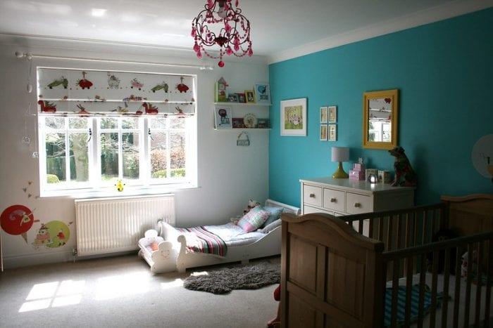 Светлая детская с большим окном и голубой стеной для двоих детей