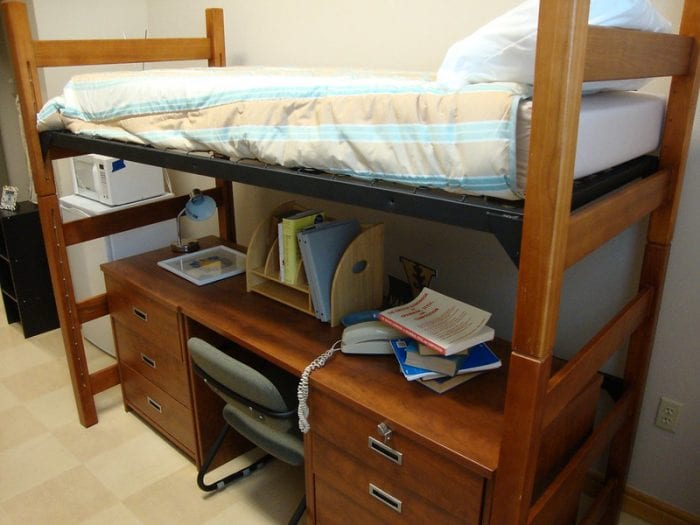 Кровать, совмещенная со столом для экономии места в маленькой комнате ребенка