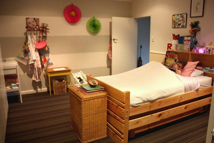 Просторная спальня с удачным декором стен