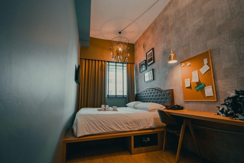 Кровать на возвышении в однокомнатной квартире