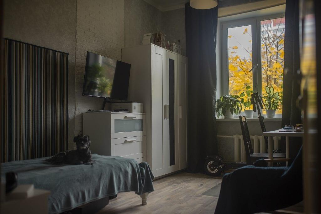 Прямоугольная комната в стиле лофт со стандартным окном