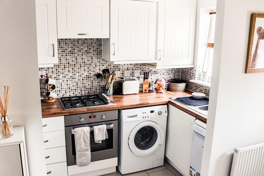 Маленькая кухня в светло-серых тонах