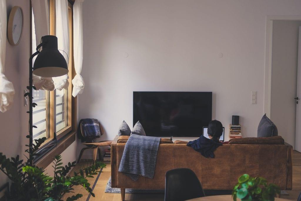 Небольшая гостиная с диваном и телевизором