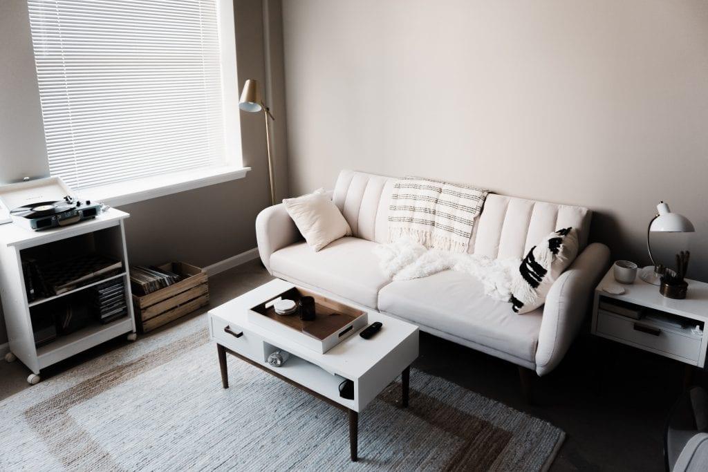 Диван и журнальный столик в однокомнатно квартире типовой планировки