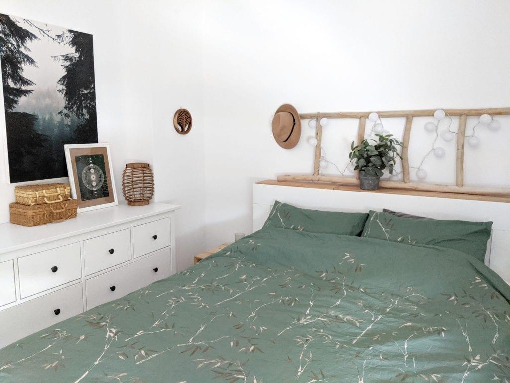 Двуспальная кровать в углу