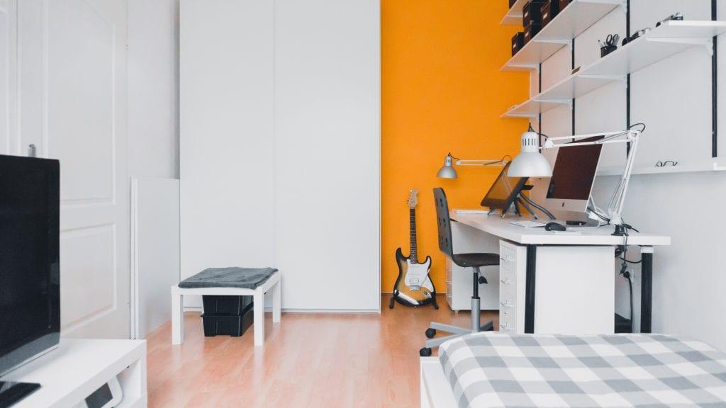 Дизайн интерьере маленькой комнаты с телевизором и рабочим столом