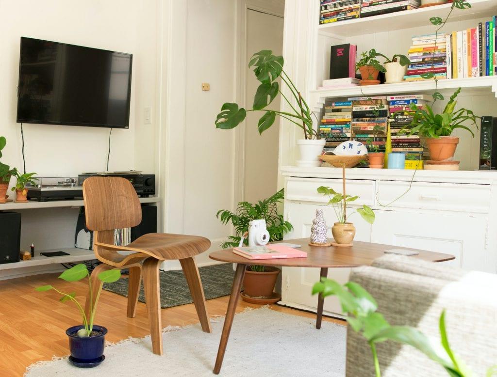 Комната с низким столиком и креслом