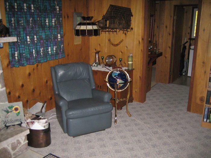 Небольшая комната с деревянными стенами