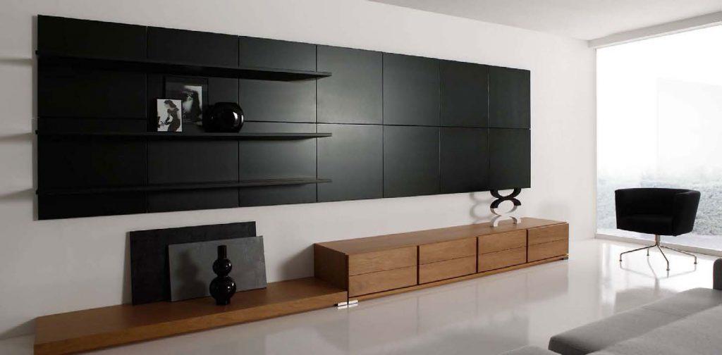 Минималистичный дизайн гостиной с акцентной панелью на стене