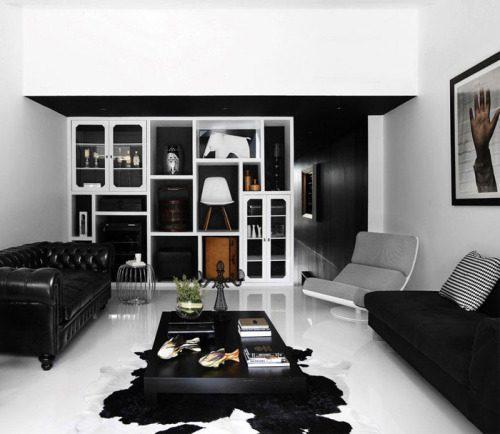 Черно-белый дизайн стен в гостиной