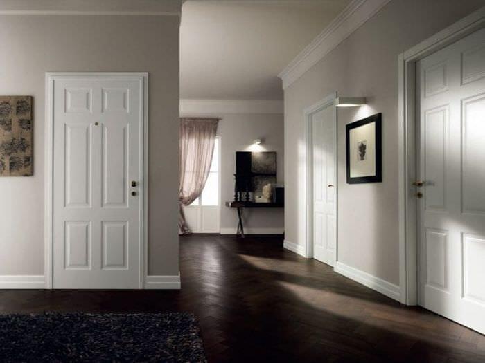 Комбинация белоснежных дверей и тёмного пола