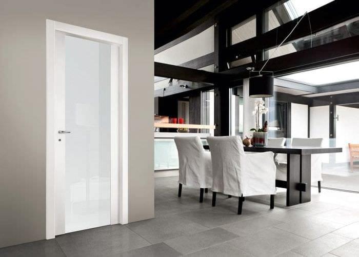 Лаконичное дверное полотно со стеклом в интерьере кухни-столовой