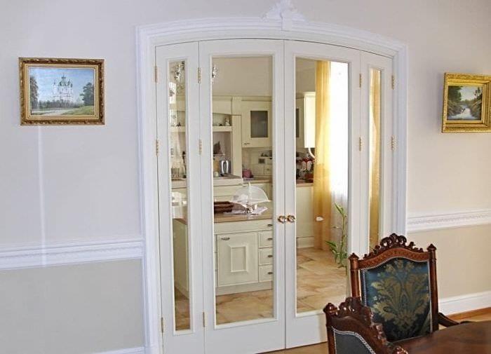 Белая дверь в арочном проеме